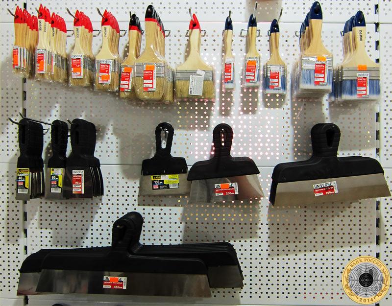 Фотография малярных кистей и металлических шпателей с пластиковыми ручками