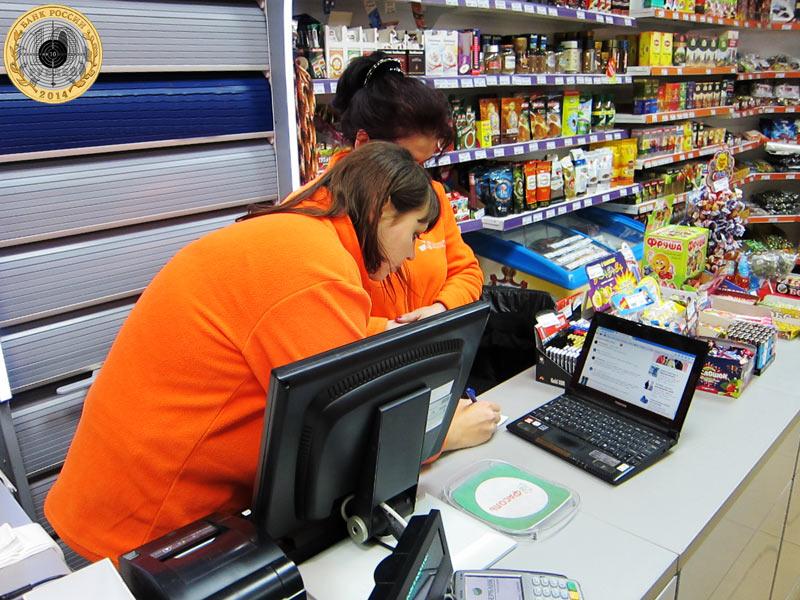 Магазин «Фасоль» - сотрудники записывают адрес сайта, чтобы потом ещё раз почитать отзыв о себе и о товарах, которые они продают