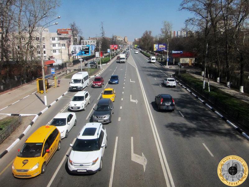 Вид на Ильинское шоссе из пешеходного перехода в районе военного   городка Павшино в Красногорске Московской области. 30 апредя 2017 года.