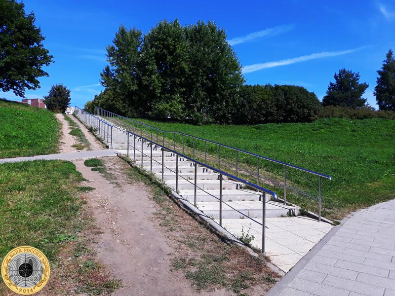 Вид на бетонную лестницу в Митинском парке
