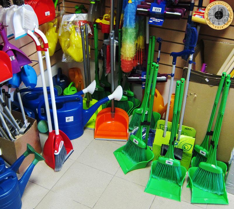 Магазин «Все для дома» на улице Брусилова - Щетки для пола и метлы, совки и лейки, веники и швабры
