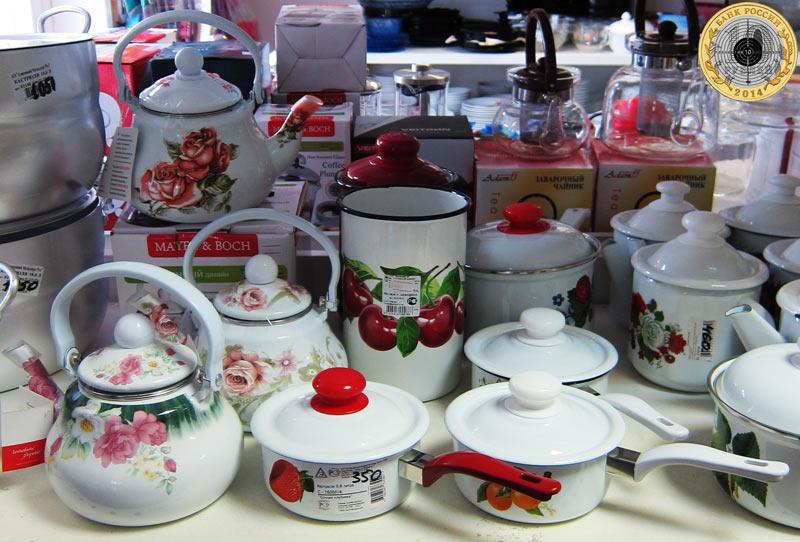 Магазин «Все для дома» на улице Брусилова - Посуда на большой витрине магазина