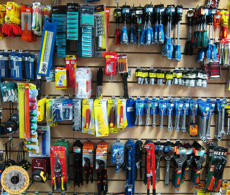 Магазин «Все для дома» на улице Брусилова - Инструменты на витрине магазина в ассортименте