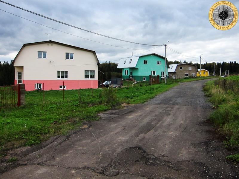 Золево. Улица Овражная, на которой расположилось четыре двухэтажных элитных дома.