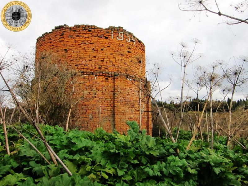 Золево. Кирпичное строение 1954 года постройки расположено на окраине деревни.