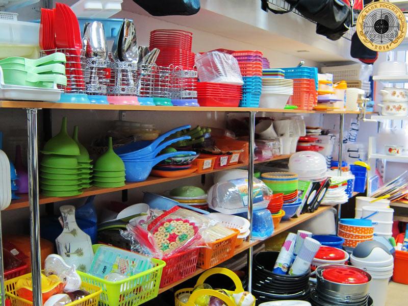 Магазин «Все для дома» - витрина с посудой для дома