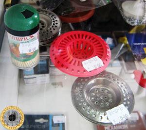 Хозяйственные товары на прилавке магазина Хозтовары в Железнодорожном переулке