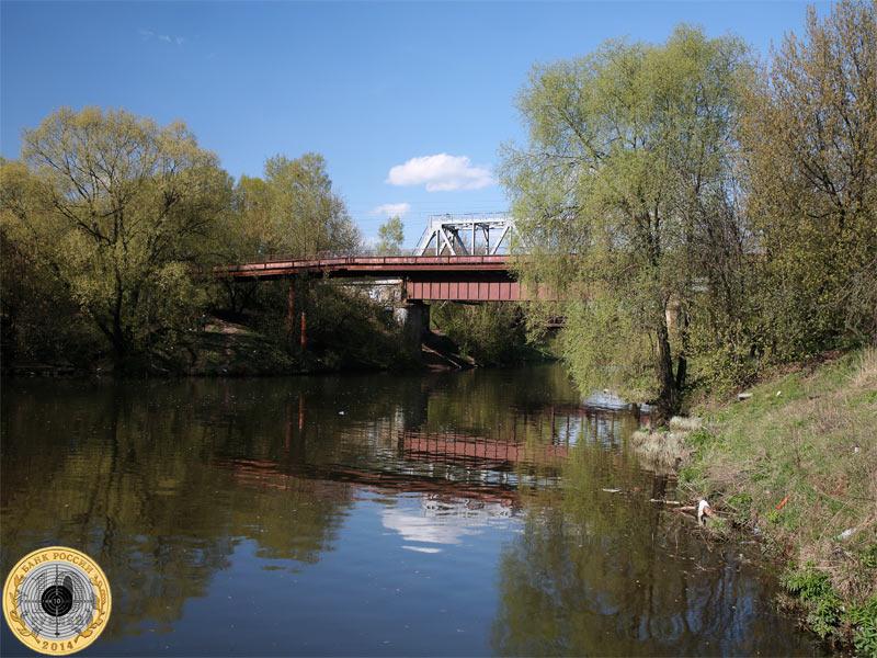 Железная дорога и мост над рекой Сходней в Москве