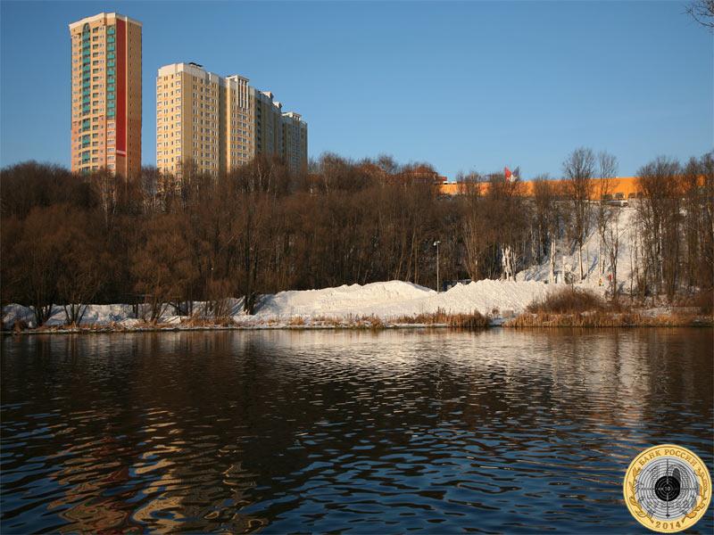 Вид на деревню Путилково и Вэйпарк от реки Сходни