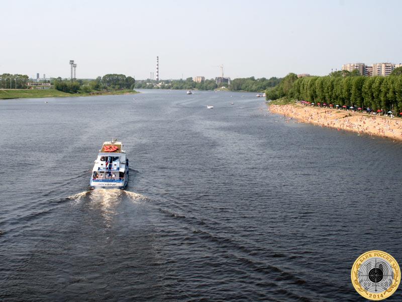 Прогулочный катер на реке Волге в Твери